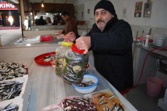 Hamsi Nasıl Tuzlanır? Karadeniz Bölgesi'nde sofraların vazgeçilmez lezzetlerinin başında gelen hamsinin salamurasının yapımına başlandı. Ordu'da balıkçılık yapan birçok kişi, tuzladıkları hamsiyi bidon büyüklüğüne göre 20 ile 50 lira arasında satışa sunuyor.